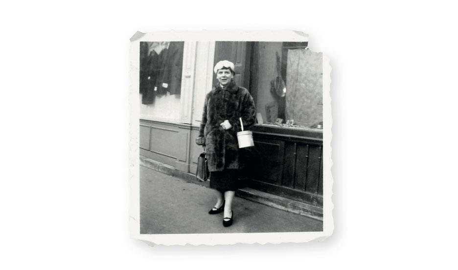 Rachel Marcovici voor haar winkel in de jaren '50